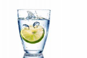 Eine ausreichende Wasserzufuhr versorgt die Haut mit Feuchtigkeit